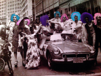Beautiful bisexuals gathered around an automobilePicture